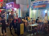 Karaoke tự phát trên phố Phạm Ngũ Lão quận 1 - Ảnh: Lê Phong