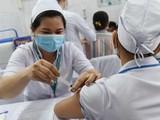 Tiêm vaccine COVID-19 cho nhân viên y tế - Ảnh: Đinh Hằng/TTXVN