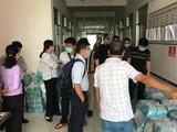 BSCK II Trần Thanh Linh và cán bộ BV Chợ Rẫy cùng các đồng nghiệp ở Hà Tiên giúp thiết lập BV dã chiến - Ảnh: BS Trần Thanh Linh cung cấp