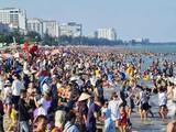 Bãi biển Vũng Tàu rất đông du khách về vui chơi trong dịp nghỉ lễ - Ảnh: VNN