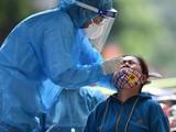 Lực lượng chức năng lấy mẫu xét nghiệm SARS-CoV-2 cho người dân hẻm 77, quận Bình Tân (TP.HCM) vì liên quan ca mắc Covid-19. Ảnh- Phạm Ngôn