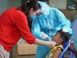 41 em bé trường mầm non Vườn Tuổi Thơ xét nghiệm Covid-19 vì liên quan đến chuyến bay chung với BN 2999 - Ảnh: Thư Anh