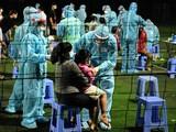 """Hơn 0 giờ đêm, công tác lấy mẫu cư dân liên quan """"ổ dịch"""" Hội thánh Phục Hưng vẫn được thực hiện khẩn trương. Ảnh: Lan Chi"""