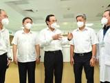 Bí thư Thành uỷ TPHCM Nguyễn Văn Nên trao đổi cùng các đồng chí lãnh đạo Bộ Y Tế, lãnh đạo UBND TP.HCM, Sở Y Tế,lãnh đạo Bệnh viện hồi sức Covid-19- Ảnh: Việt Dũng