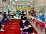 Sinh viên KTX Trường ĐH Bách khoa chờ tiêm vaccine phòng Covid-19. Ảnh: KTX ĐHBK