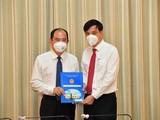 Phó Chủ tịch UBND TP.HCM Lê Hòa Bình trao quyết định tân Giám đốc Sở Y tế cho PGS-TS Tăng Chí Thượng. Ảnh: Việt Dũng