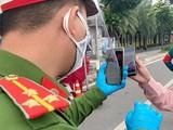 Người dân quét mã QR, đăng ký di biến động, sao lưu vào điện thoại trước khi ra đường