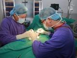 Phẫu thuật cắt tinh hoàn cho bệnh nhân (Ảnh: BVCC)