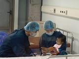 Bác sĩ Bệnh viện Nhi T.Ư chăm sóc cho bé V. sau khi mổ ghép gan.