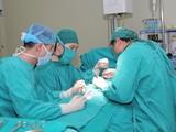 Bác sĩ của Bệnh viện đa khoa Đức Giang phẫu thuật cho bé trai.