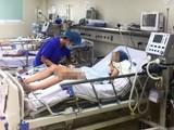 Điều trị cho bệnh nhi mắc viêm não Nhật Bản tại Bệnh viện Nhi Trung ương.