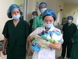 Nhóm bác sĩ đưa em bé mới sinh tới Bệnh viện Phụ sản Trung ương để chăm sóc