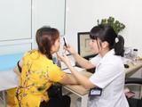Bác sĩ của bệnh viện thăm khám cho người dân.