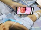 Chị Vang ngắn nhìn đứa con thơ trong lúc điều trị ung thư máu.