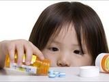 Phụ huynh không nên để thuốc ở trong tầm với của trẻ, cho trẻ nghịch thuốc hoặc ví thuốc như kẹo khiến trẻ hiểu lầm, dễ bị ngộ độc.