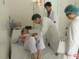 GS. TS Mai Trọng Khoa kiểm tra sức khỏe cho bệnh nhân ung thư được điều trị bằng cấy hạt phóng xạ