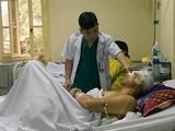 Bác sĩ của Bệnh viện chăm sóc cho bệnh nhân tai nạn sau mổ (Ảnh: BVCC)