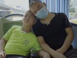 Lu Zikuan cùng bố trên chuyến xe buýt tới bệnh viện để chữa bệnh.
