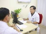 Bác sĩ Nguyễn Quang - Giám đốc Trung tâm Nam học, Bệnh viện Hữu nghị Việt Đức khám cho bệnh nhân mắc xoắn tinh hoàn.