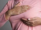Chị em nên tự khám vú để kịp thời nhận ra các dấu hiệu bất thường của cơ thể.