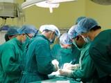 Các bác sĩ phẫu thuật cho chị C.