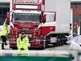 Cảnh sát và nhân viên pháp y điều tra chiếc xe container phát hiện có 39 thi thể vào ngày 23/10