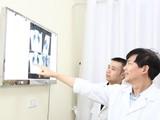 PGS.TS. Nguyễn Xuân Hùng, Giám đốc Trung tâm Đại trực tràng - Tầng sinh môn, Bệnh viện Hữu nghị Việt Đức thăm khám qua kết quả chụp X-quang.