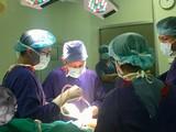 Các bác sĩ của Bệnh viện Hữu nghị Việt Đức vi phẫu bảo tồn bàn tay của bé trai 23 tháng tuổi.