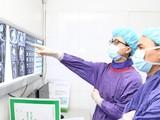 Bác sĩ xem kết quả chụp CT của người đàn ông trước khi thực hiện can thiệp nội mạch.