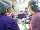 Các bác sĩ phẫu thuật chữa dị tật thầm kín cho chị T. (Ảnh: Bác sĩ Nguyễn Đình Minh)