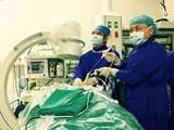 Các bác sĩ thực hiện ca phẫu thuật nội soi TVĐĐ cột sống cổ cho bệnh nhân. Ảnh: QĐND