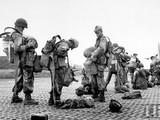 Quân viễn chinh Pháp chuẩn bị lên máy bay nhảy dù xuống cứ điểm Điện Biên Phủ