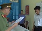 Ông Trần Xuân Yến, Phó Giám đốc Sở GD-ĐT tỉnh Sơn La (áo trắng), nghe tống đạt quyết định khởi tố bị can.