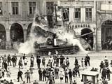 Chiến xa khối Warszawa trên đường phố Tiệp Khắc - Ảnh tư liệu