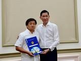 Ông Đoàn Ngọc Hải (trái) khi nhận quyết định về công tác tại Tổng công ty Xây dựng Sài Gòn.