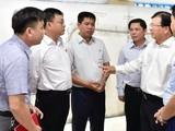 Phó Thủ tướng Trịnh Đình Dũng trao đổi với đại diện Tổng thầu Trung Quốc và Ban quản lý dự án đường sắt Cát Linh - Hà Đông.