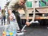 Xe stec cung cấp nước sạch sinh hoạt cho người dân khu vực Linh Đàm