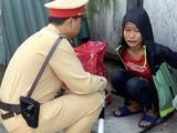Cháu gái 13 tuổi đói, mệt, nằm lả trên đường trước cổng bến xe Nước Ngầm.