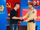 Tổ công tác của Đội CSGT số 11 trao trả tài sản đánh rơi cho anh Tài Đức Long