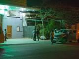 Các nhân viên của công ty điện gió được đưa đi cách ly trong đêm. Ảnh: Zing.vn