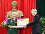 Tổng Bí thư, Chủ tịch nước Nguyễn Phú Trọng trao Huy hiệu 70 năm tuổi Đảng cho nguyên Tổng Bí thư Lê Khả Phiêu (ngày 25/8/2019)..