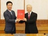Tổng Bí thư, Chủ tịch nước Nguyễn Phú Trọng trao quyết định cho ông Võ Văn Thưởng. Ảnh TTXVN