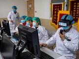 Một nữ bệnh nhân mắc COVID-19 ở Trung Quốc phục hồi nhanh chóng sau khi được điều trị bằng liệu pháp tế bào gốc (Ảnh: Tân Hoa Xã)