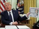 Tổng thống Trump cầm tờ New York Times, trả lời phỏng vấn, trong lúc ký sắc lệnh về các công ty mạng xã hội (Ảnh: CNBC)