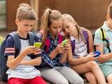 Nhiều quốc gia đã ban hành lệnh hạn chế hoặc cấm sử dụng điện thoại di động trong trường học (Ảnh: Forbes)