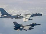Chiến đấu cơ Đài Loan bám đuôi máy bay ném bom của Trung Quốc ở Eo biển Đài Loan trong năm 2020 (Ảnh: Handout)