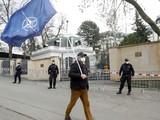 Một người đàn ông mang cờ NATO trước cửa Đại sứ quán Nga ở Praha, CH Séc (Ảnh: RT)