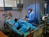 Nhân viên y tế điều trị cho bệnh nhân mắc COVID-19 trong một bệnh viện ở New Delhi, Ấn Độ ngày 7/5 (ảnh: Reuters)