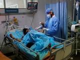 Các bệnh viện ở New Delhi kín giường bệnh, lượng oxy y tế trở nên khan hiếm (Ảnh: Reuters)