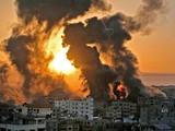 Những cột khói lớn bốc lên ở Dải Gaza sau đòn không kích của Israel (Ảnh: Newsweek)
